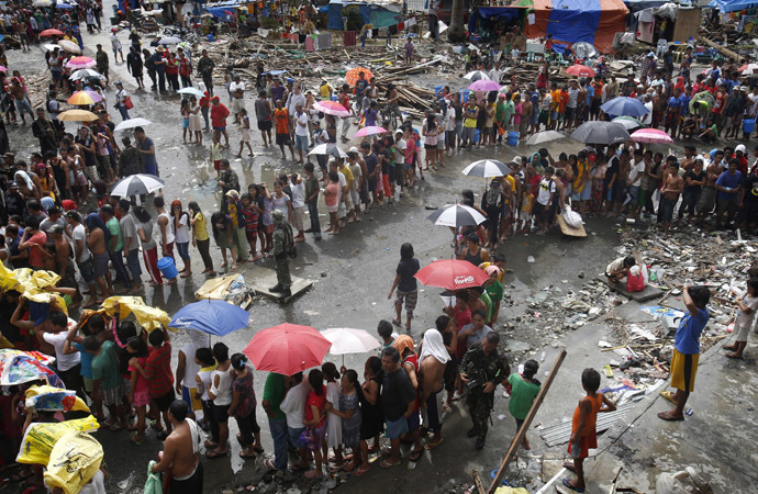 Victims queue for food and water in the aftermath of super typhoon Haiyan in Tacloban city, central Philippines - November 14, 2013. (Reuters)