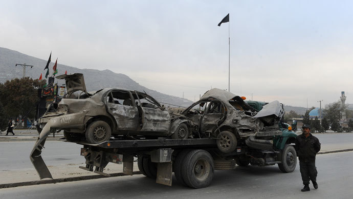 Afghan police move damaged vechiles from the site of a suicide attack in Kabul on November 16, 2013.(AFP Photo / Aref Karimi)