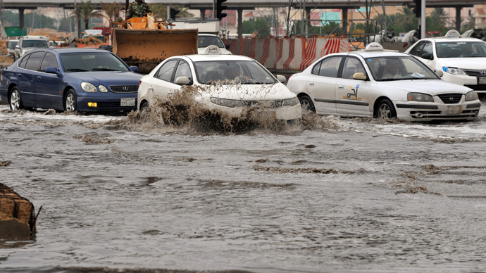 ars drive through a flooded street in northern Riyadh, on November 17, 2013, after heavy rains fell overnight in the Saudi capital, caused floods and traffic jams which forced the Saudi Eduction Ministry to suspend studies in schools and universities for one day (AFP Photo / Fayez Nureldine)