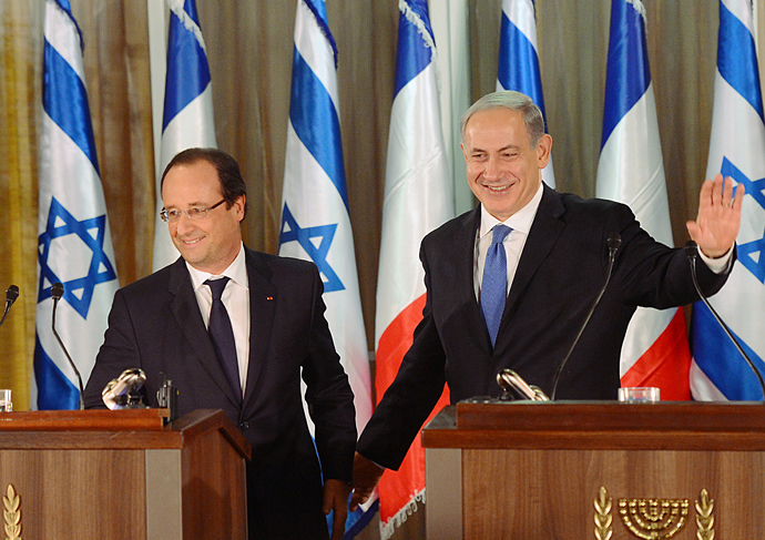 Israel Prime Minister Benjamin Netanyahu (R) waves next to French President Francois Hollande following a joint press conference in Jerusalem on November 17, 2013. (AFP Photo / Pool / Alain Jocard)