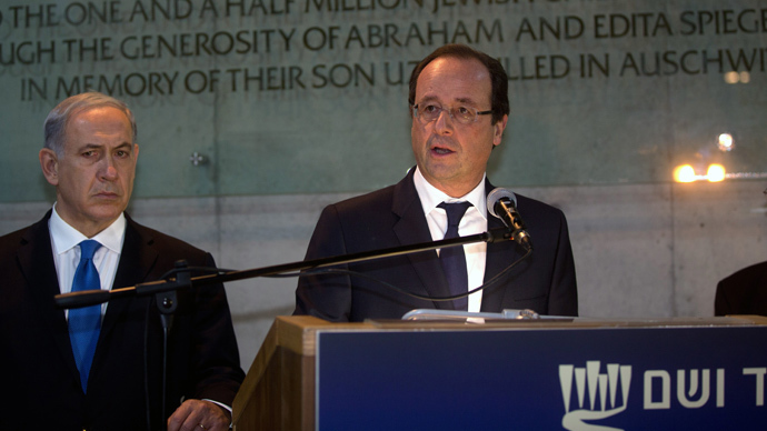 French President Francois Hollande flanked by Israeli Prime Minister Benjamin Netanyahu (L) talks to the press during his visit at the Hall of Remembrance Yad Vashem Holocaust Memorial museum in Jerusalem (AFP Photo / Pool / Menahem Kahana)