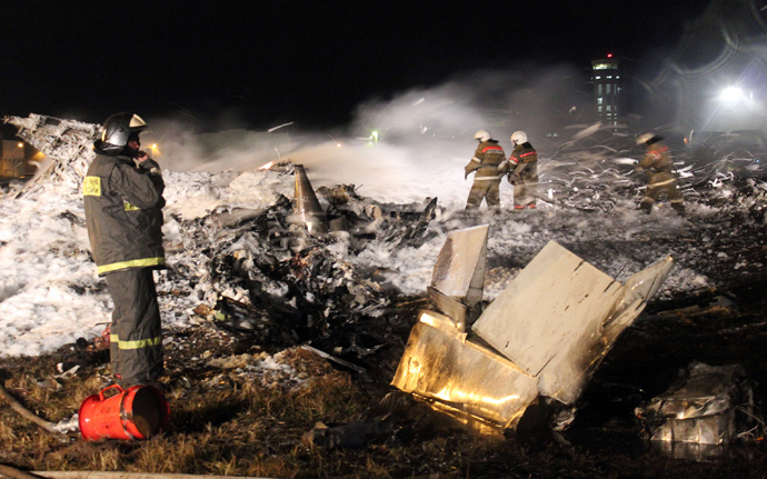 A handout photo provided early on November 18, 2013 by the Russian Emergencies Ministry's press service shows rescuers working at the crash site of a Boeing 737 passenger airliner in the international airport of Russia's Volga city of Kazan (AFP Photo)