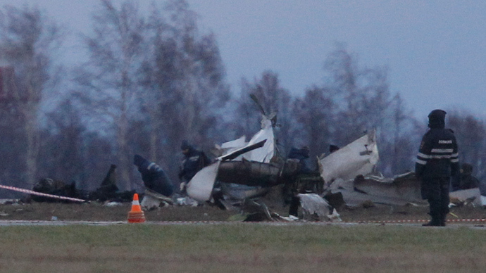 Wreckage is seen at the site of a Tatarstan Airlines Boeing 737 crash at Kazan airport November 18, 2013 (Reuters / Maxim Shemetov)