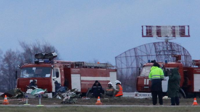 Investigators and Russian Emergencies Ministry members work at the site of a Tatarstan Airlines Boeing 737 crash at Kazan airport November 18, 2013 (Reuters / Maxim Shemetov)