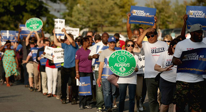 Hundreds of demonstrators march before blocking traffic in a major intersection outside a Walmart store during rush hour September 5, 2013 in Hyattsville, Maryland. (AFP Photo / Chip Somodevilla)
