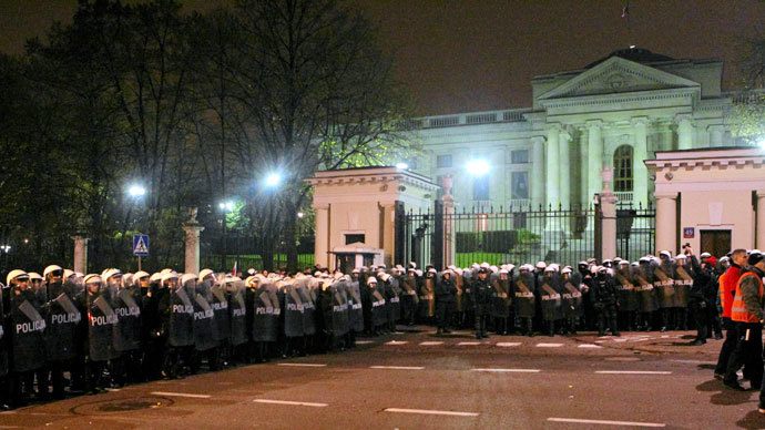 Riot police form a cordon in front of the Russian embassy during the annual far-right march, which coincides with Poland's national Independence Day in Warsaw November 11, 2013.(Reuters / Agencja Gazeta)