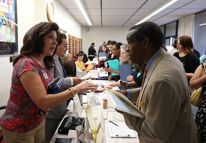 A job seeker (R) meets with a recruiter for the Fremont Unified School District during a job fair at the Alameda County Office of Education on April 24, 2013 in Hayward, California. (AFP Photo / Justin Sullivan)