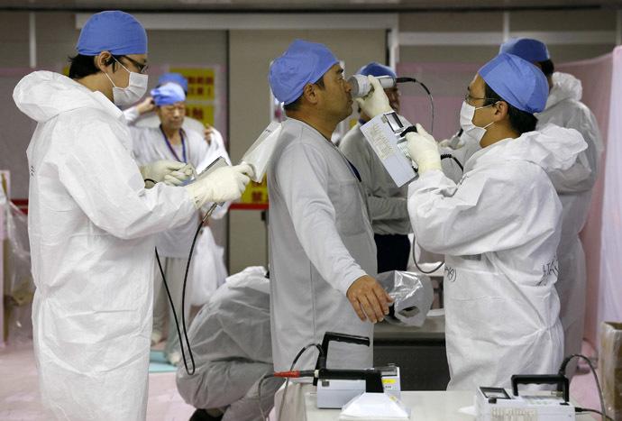 Workers are checked for radiation at the Tokyo Electric Power Corp's (TEPCO) tsunami-crippled Fukushima Daiichi nuclear power plant in Fukushima prefecture November 7, 2013. (Reuters/Kimimasa Mayama)