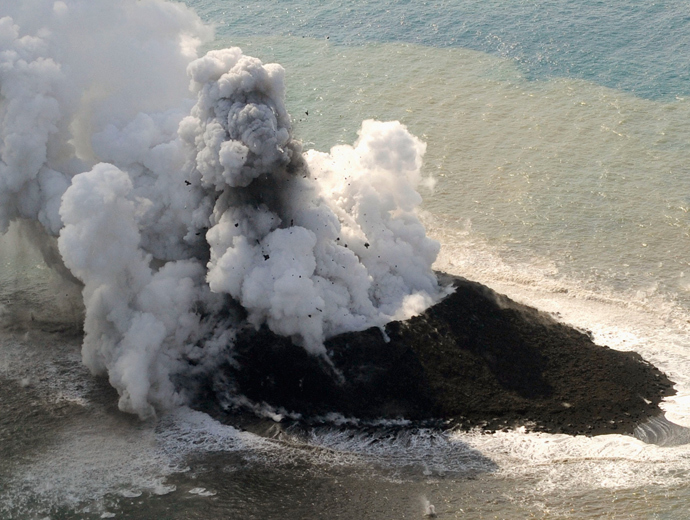 Smoke from an erupting undersea volcano forms a new island off the coast of Nishinoshima, a small uninhabited island, in the southern Ogasawara chain of islands in this November 21, 2013 (Reuters / Kyodo)