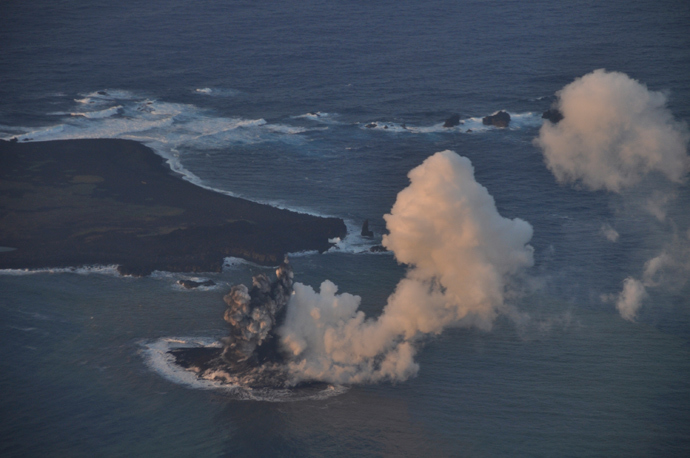 Smoke from an erupting undersea volcano forms a new island off the coast of Nishinoshima (top L), a small uninhabited island, in the southern Ogasawara chain of islands in this November 20, 2013 (Reuters / Japan Coast Guard / Handout via Reuters)