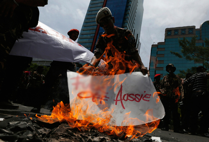 A protester burns a placard during a demonstration in front of the Australian embassy in Jakarta, November 21, 2013. (Reuters / Beawiharta)