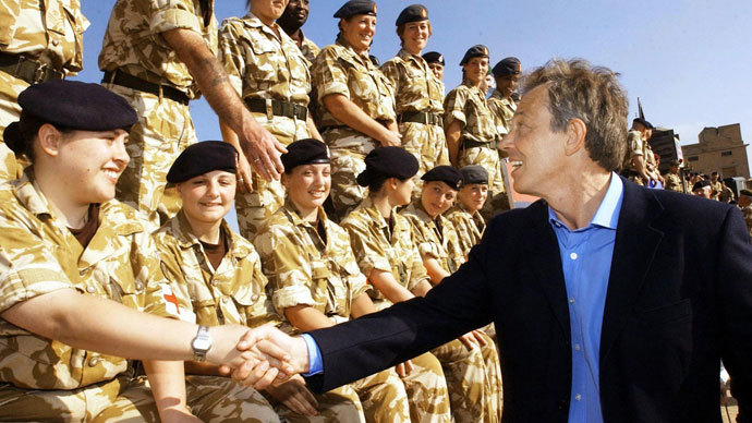British Prime Minister Tony Blair meets troops as he arrives in Basra for a visit to British soldiers in Iraq 04 January 2004.(AFP Photo / Stephan Rousseau)