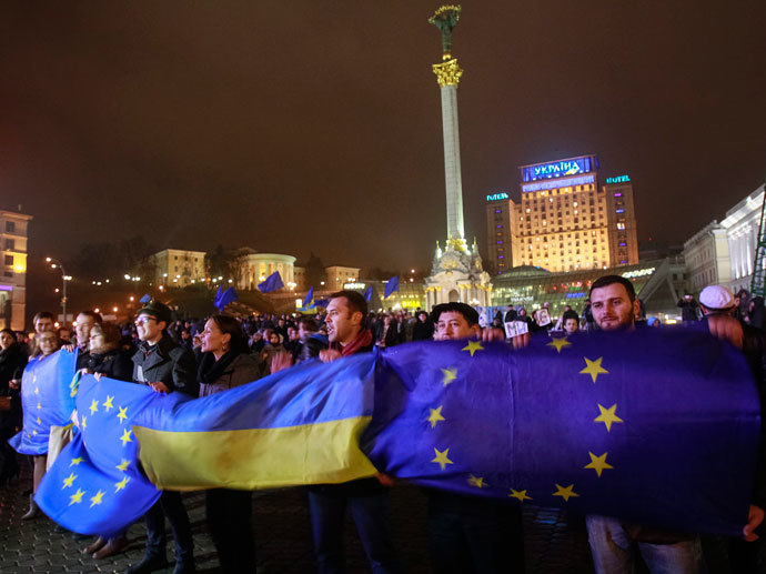 Protesters hold Ukrainian and European Union flags during a rally to support euro integration in central Kiev November 21, 2013.(Reuters / Gleb Garanich)
