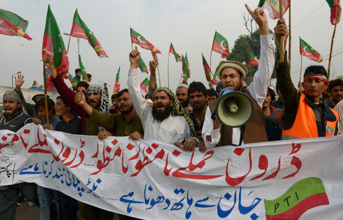 Activists of Pakistan Tehreek-e-Insaaf (PTI) shout slogans as they arrive to attend a protest rally in Peshawar on November 23, 2013 (AFP Photo / A Majeed)