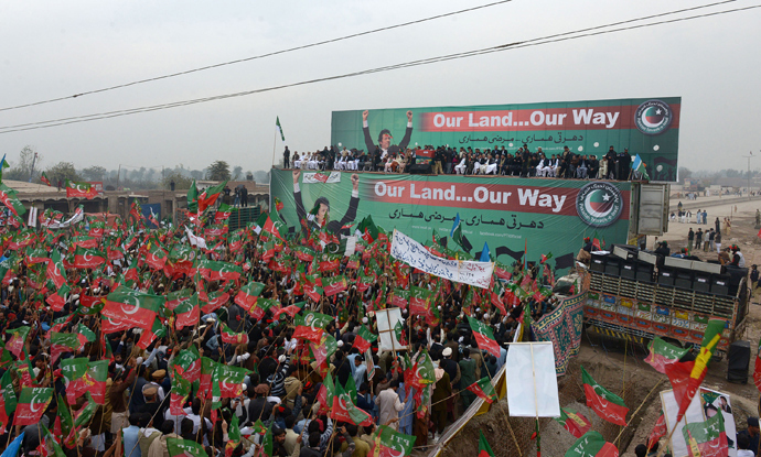 Activists of Pakistan Tehreek-e-Insaaf (PTI) gather during a protest rally in Peshawar on November 23, 2013 (AFP Photo / A Majeed)