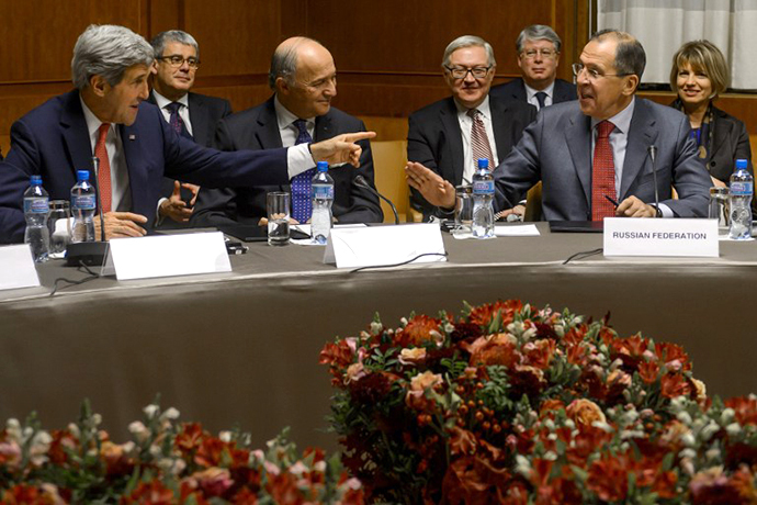 US Secretary of State John Kerry (L) reacts next to French Foreign Minister Laurent Fabius (C) and Russian Foreign Minister Sergei Lavrov during a plenary session on early November 24, 2013 in Geneva. (AFP Photo / Fabrice Coffrini)
