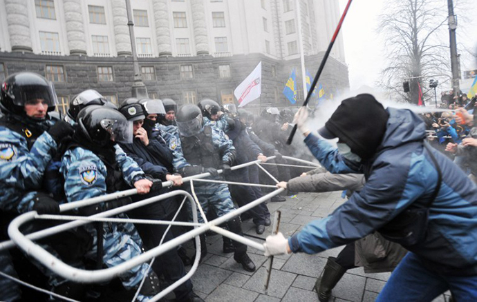Protesters and riot police clash in front of the Cabinet of Ministers of Ukraine during a rally in Kiev on November 24, 2013. (AFP Photo / Genya Savilov)