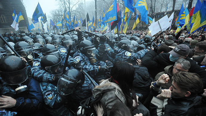 Protesters and riot police clash in front of the Cabinet of Ministers of Ukraine during a rally in Kiev on November 24, 2013. (RIA Novosti / Alexei Furman)