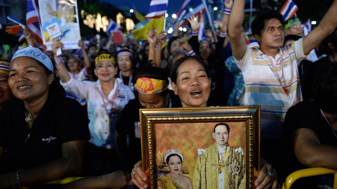Anti-government protesters gather to demonstrate against the government-backed amnesty bill at the Democracy monument in central Bangkok November 24, 2013. (Reuters / Chaiwat Subprasom)