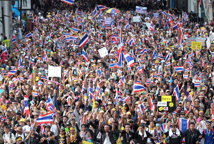 Anti-government protesters wave national flags during a demonstration in Bangkok on November 25, 2013 (AFP Photo)