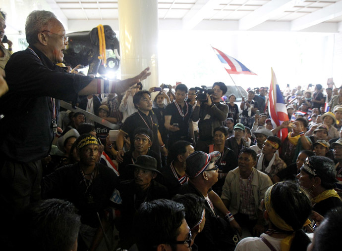 Suthep Thaugsuban, former deputy Prime Minister and protest leader, speaks to his supporters inside Thailand's Finance Ministry during a rally in central Bangkok November 25, 2013. (Reuters/Chaiwat Subprasom)