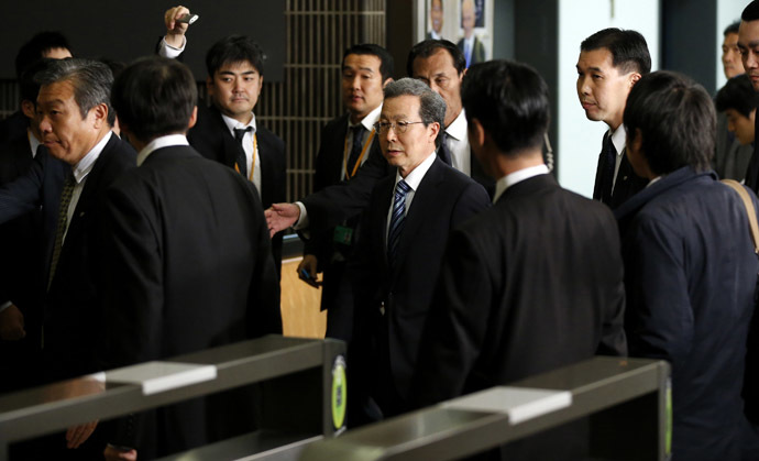 Cheng Yonghua (C), Chinese Ambassador to Japan, leaves after meeting with Akitaka Saiki, Japan's Vice Minister for Foreign Affairs at the Foreign Ministry in Tokyo November 25, 2013. (Reuters/Toru Hanai)