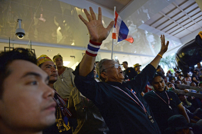 Thai protest leader Suthep Thaugsuban (C) addresses supporters inside the compound of the Finance Ministry after protesters stormed it in Bangkok on November 25, 2013. (AFP Photo/Christophe Archambault)