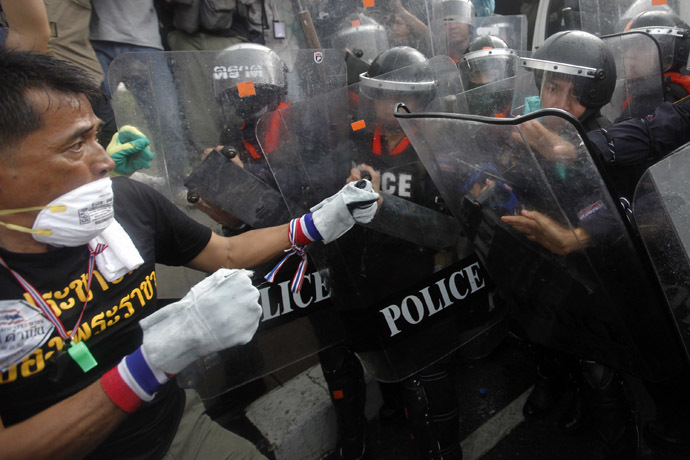 An anti-government protester fights with the police at the barricade near the Government house in Bangkok November 25, 2013.(Reuters/Kerek Wongsa)