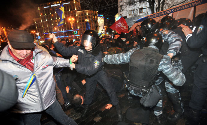 Activists clash on November 25, 2013 with riot police on the Square of Europe during a protest in Kiev. (AFP Photo / Genia Savilov)