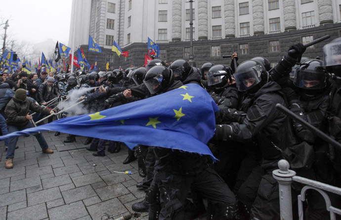 Protesters clash with riot police during a rally to support EU integration in front of the Ukrainian cabinet of ministers building in Kiev November 24, 2013. (Reuters/Konstantin Chernichkin)