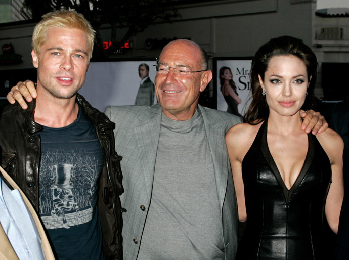 """U.S. actors Brad Pitt (L) and Angelina Jolie (R), stars of the new action film """"Mr. & Mrs. Smith"""" pose with one of the film's producers, Arnon Milchan of New Regency at the film's premiere in Los Angeles June 7, 2005. (Reuters/Fred Prouser fsp/TC)"""
