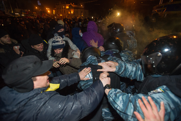 Supporters of Ukraine's European integration and special police officers during clashes with law enforcement officers attempting to break into the opposition's campsite on European Square in Kiev (RIA Novosti / Alexey Furman)