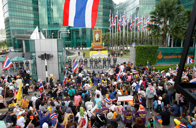 Anti-government protesters gather outside Thailand's Energy Ministry in Bangkok November 27, 2013 (Reuters / Chaiwat Subprasom)