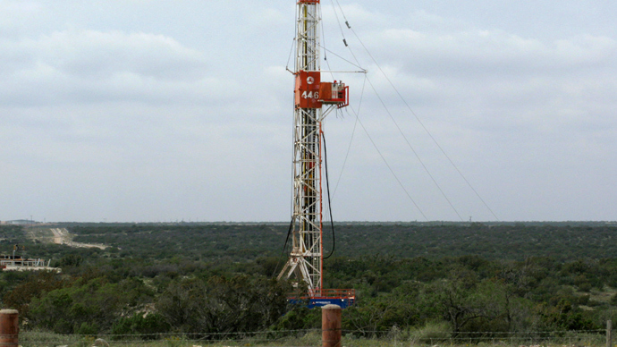 A rig contracted by Apache Corp drills a horizontal well in a search for oil and natural gas in the Wolfcamp shale located in the Permian Basin in West Texas (Reuters / Terry Wade)