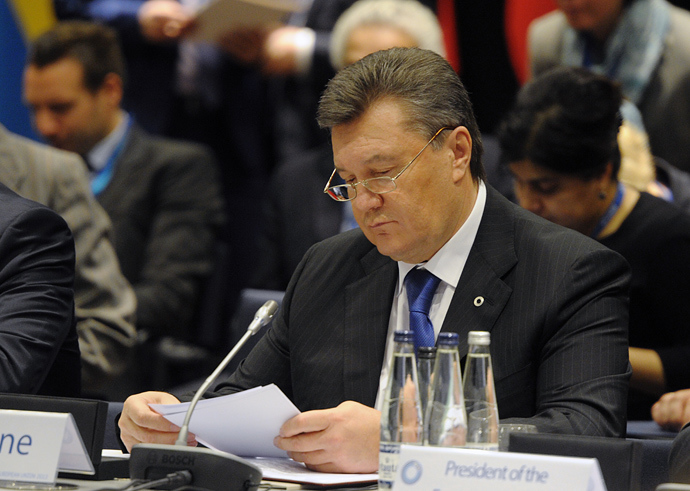 Ukrainian President Viktor Yanukovich reads his notes before the plenary session of the European Union's Eastern Partnership summit on November 29, 2013 in Vilnius, Lithuania (AFP Photo / Alain Jocard)