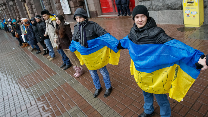 Students stand on a street and hold hands to form a human chain from the Ukrainian capital to the western border during a demonstration in support of EU integration at Independence Square in Kiev November 29, 2013 (Reuters / Gleb Garanich)