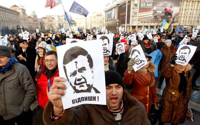 Protesters hold portraits of Ukraine's President Viktor Yanukovich during a demonstration in support of EU integration at Independence Square in Kiev November 29, 2013 (Reuters / Vasily Fedosenko)