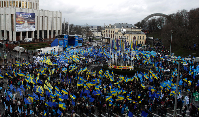 Supporters of Ukrainian President Viktor Yanukovich and the Party of the Regions participate in a demonstration at European Square in central Kiev November 29, 2013 (Reuters / Stoyan Nenov)