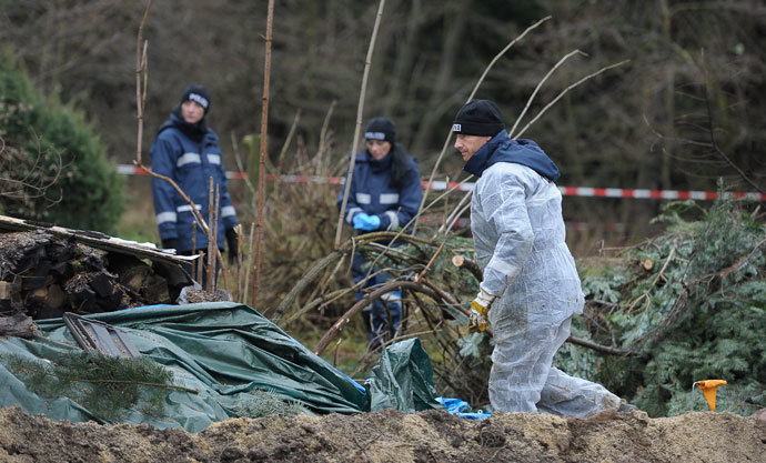 Police experts inspect the crime scene in Gimmlitztal near the town of Hartmannsdorf-Reichenau, south of Dresden, November 29, 2013.(Reuters / Pawel Sosnowski)