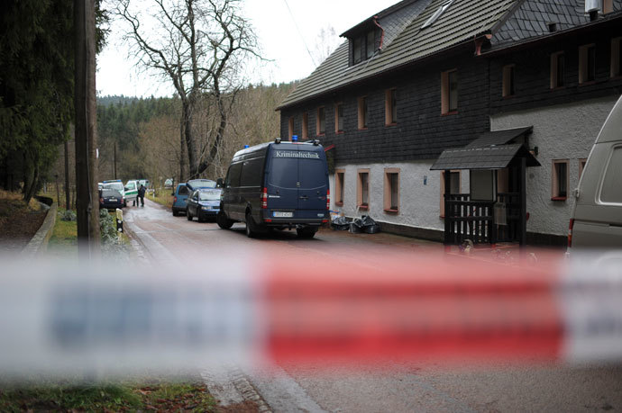 Police cars are parked in Gimmlitztal near the town of Hartmannsdorf-Reichenau, south of Dresden, November 29, 2013.(Reuters / Pawel Sosnowski)
