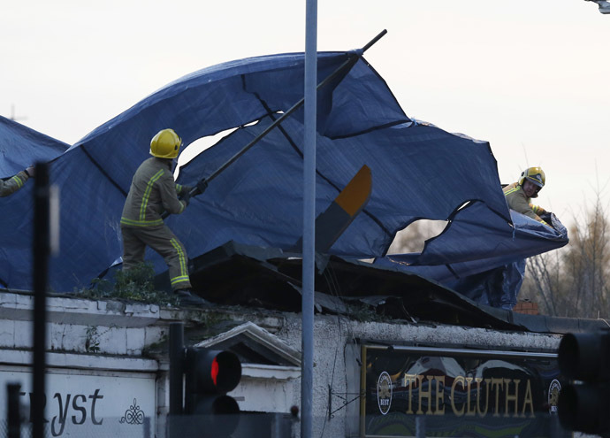 Rescue workers cover the wreckage of a police helicopter which crashed onto the roof of the Clutha Vaults pub in Glasgow, Scotland November 30, 2013. (Reuters//Russell Cheyne)