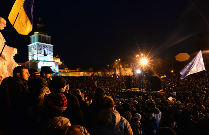 Hundreds of Ukrainian protesters gather for an opposition rally in Mykhayllivska Square in Kiev after police dispersed protesters in Independence Square on November 30, 2013.(AFP Photo / Vasily Maximov)