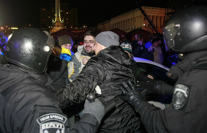 Protesters scuffle with the police during a demonstration in support of EU integration at Independence Square in Kiev November 30, 2013. (Reuters/Gleb Garanich)