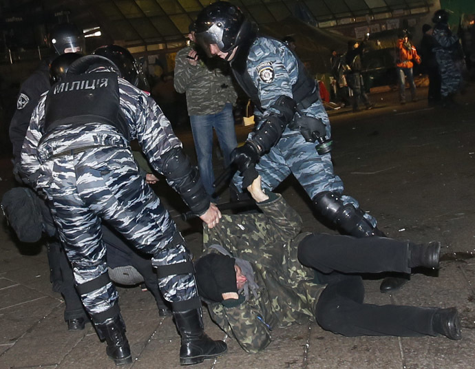 Anti riot police officers arrest protesters on Independence Square in Kiev early morning on November 30, 2013. (AFP Photo)