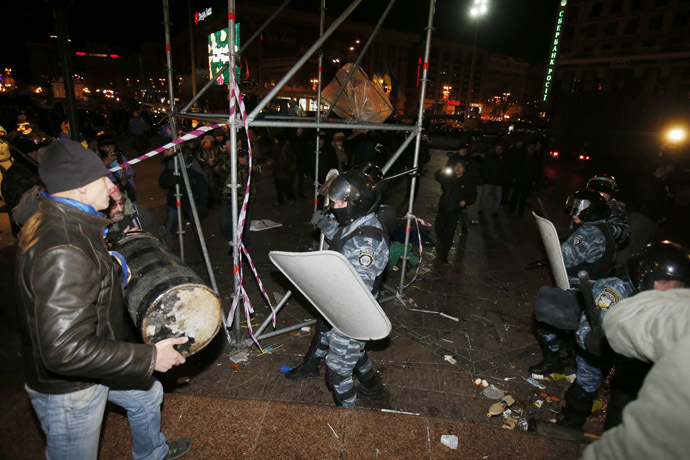 Protesters clash with Anti riot police officers on Independence Square in Kiev early morning on November 30, 2013. (AFP Photo)