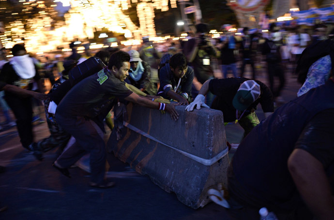 Anti-government protesters tear down barricades during a demonstration outside Government House in Bangkok November 30, 2013. (Reuters/Dylan Martinez)
