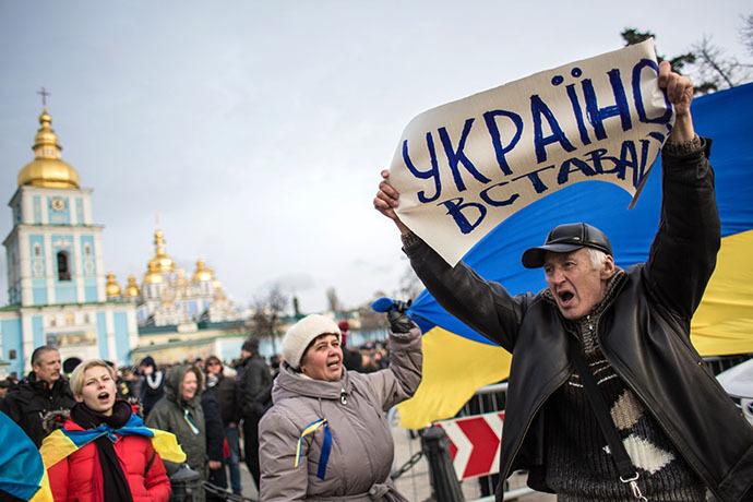 Participantes de um comício em apoio à integração europeia da Ucrânia se reuniram na Praça Mikhaylovskaya em Kiev, em 30 de novembro de 2013 (RIA Novosti / Andrey Stenin)