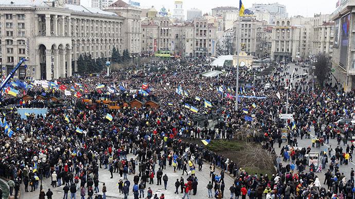Uma vista aérea mostra o Maidan Nezalezhnosti ou Praça da Independência, lotado por apoiantes da integração da UE durante um comício em Kiev, 1 de Dezembro de 2013. (Reuters / Vasily Fedosenko)