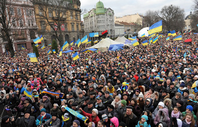 Ukrainian protesters shout slogans as thousands gather for a pro-EU opposition rally in the center of western Ukrainian city of Lviv on December 1, 2013. (AFP Photo / Yuriy Dyachyshyn)