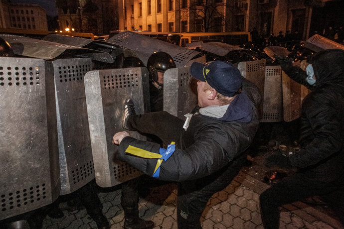 Supporters of Ukraine's EU integration clash with police by the Presidential Administration building on Kiev's Bankovaya Street (RIA Novosti / Andrey Stenin)